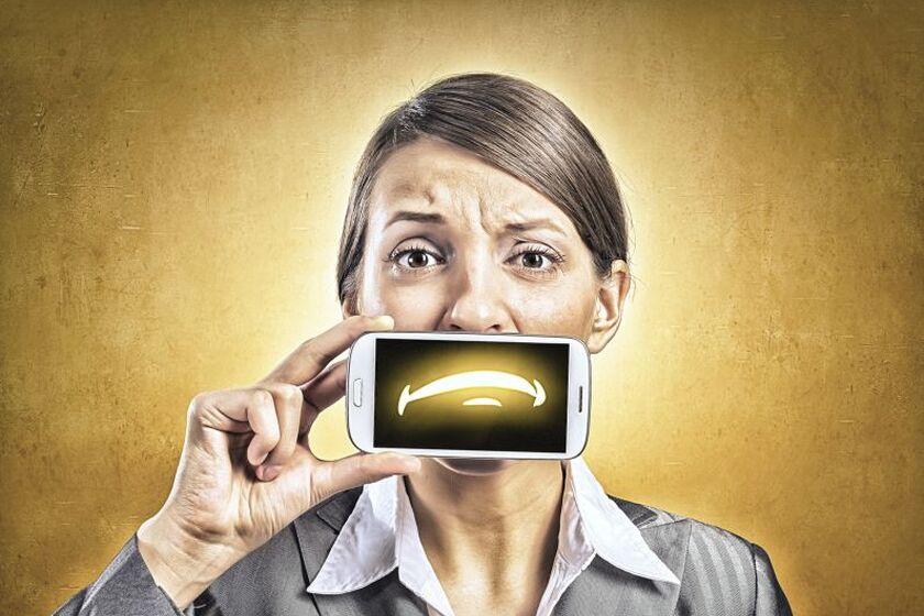 Kobieta trzymająca telefon przy twarzy