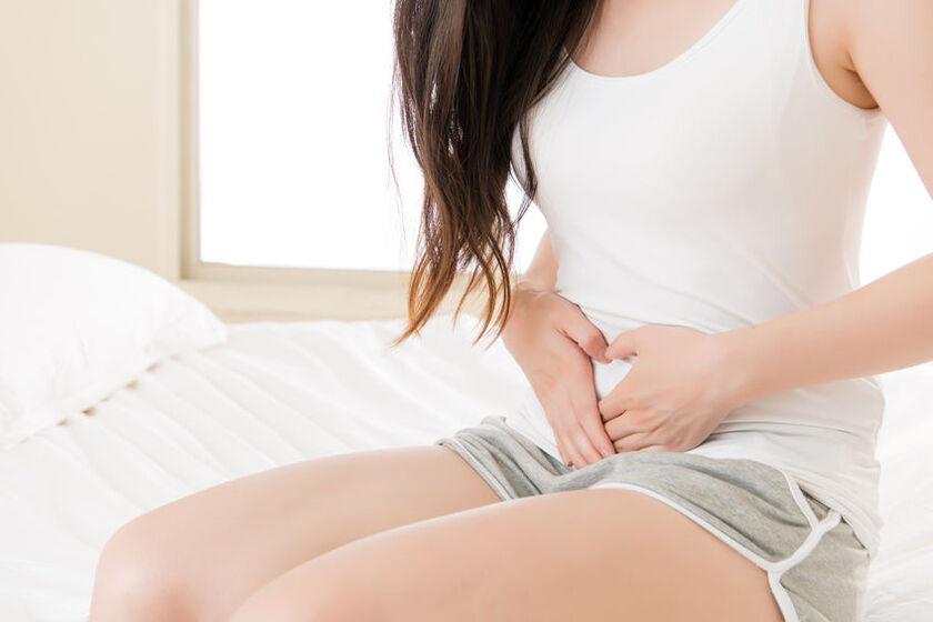 Kobieta z problemem bólu jajników po okresie