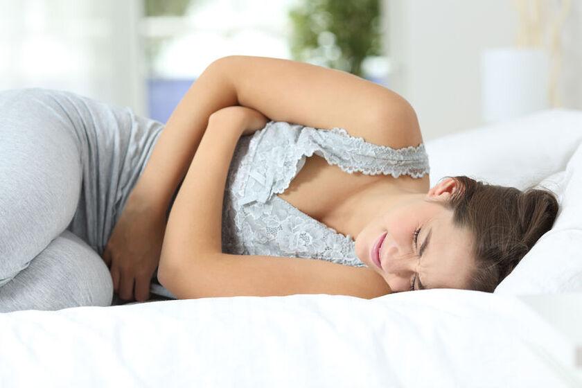 Kobieta z silnym bólem brzucha
