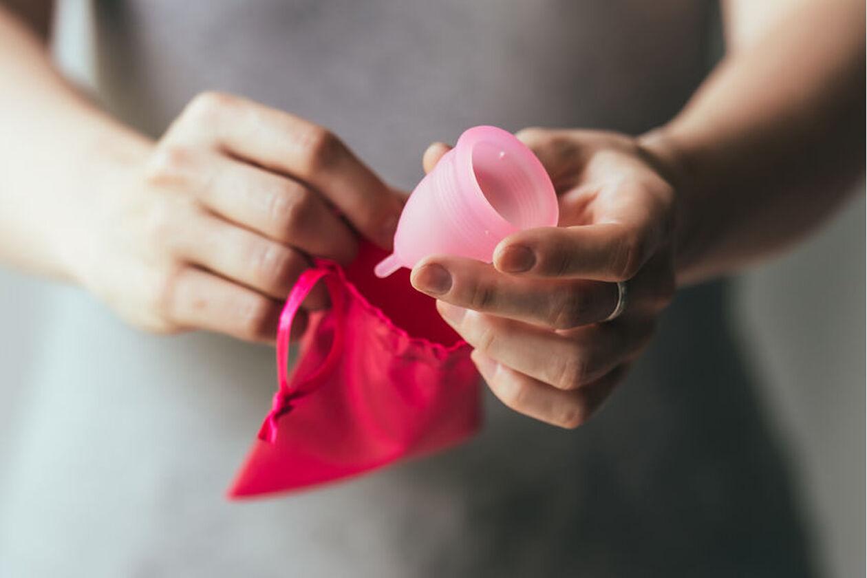 Różowy kubeczek przeznaczony na menstruację
