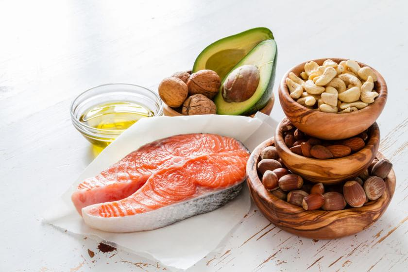 Produkty bogate w kwasy tłuszczowe, jak awokado, orzechy i łosoś