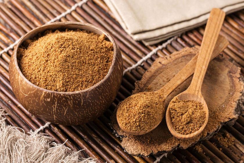 Brązowy cukier kokosowy w cukiernicy