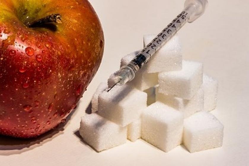 Cukier w kostkach leżący obok strzykawki