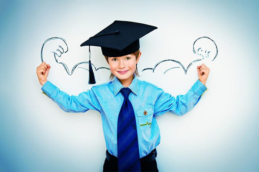 Dziecko w czapce absolwenta