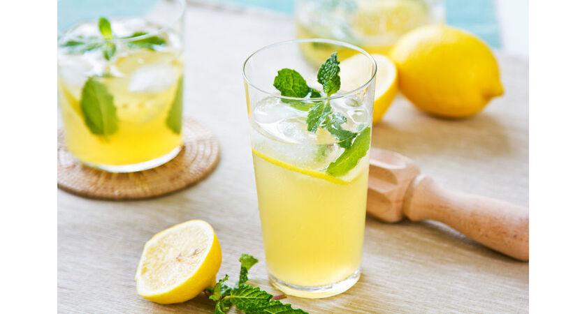 Lemoniada z cytryny, lodu i mięty