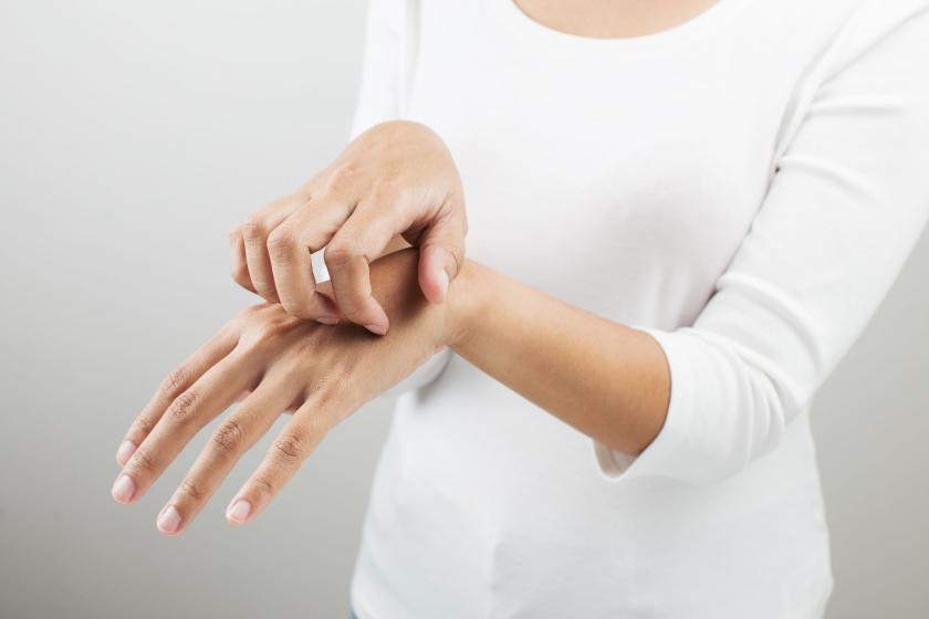 Osoba ze swędzeniem dłoni