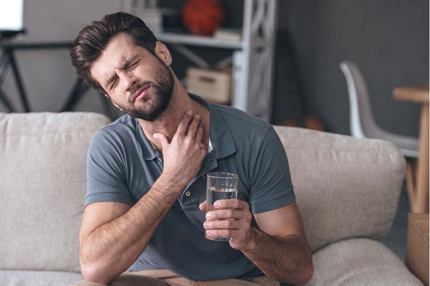 Pacjent cierpiący na intensywny ból gardła