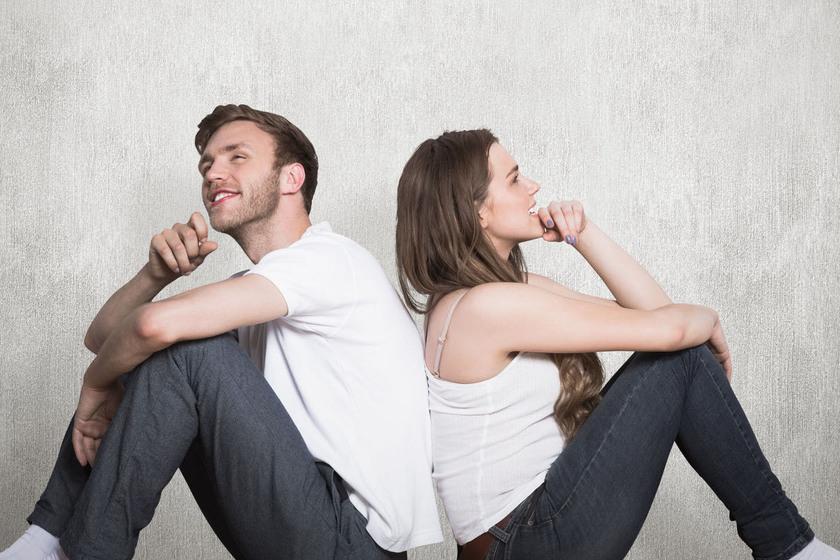 Kobieta i mężczyzna siedzący do siebie plecami
