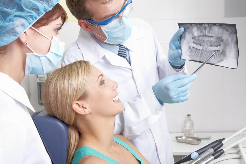 Kobieta siedząca na fotelu u stomatologa