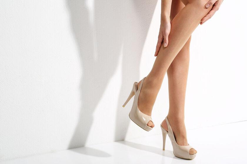 Kobieta cierpiąca na drętwienie nóg