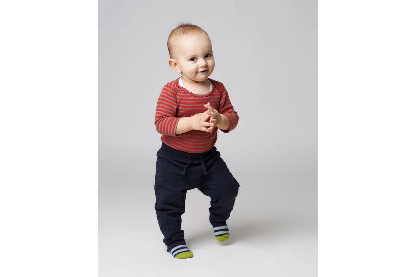 Dziecko stojące na palcach