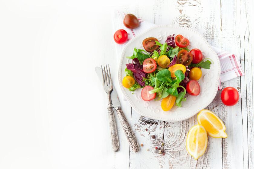 Sałatka z warzyw na białym talerzu