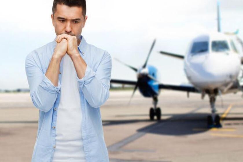 Zamyślony mężczyzna stojący na lotnisku