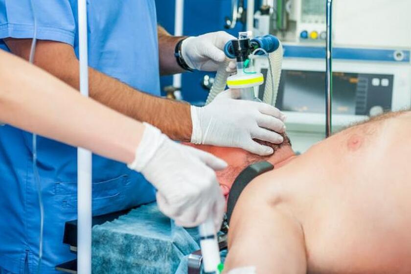 Mężczyzna leżący na stole operacyjnym w czasie znieczulenia