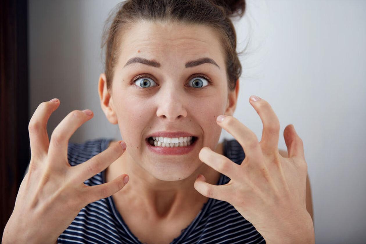 Zdenerowana kobieta z grymasem na twarzy