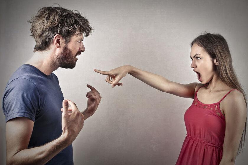 Kobieta podczas kłótni z mężczyzną