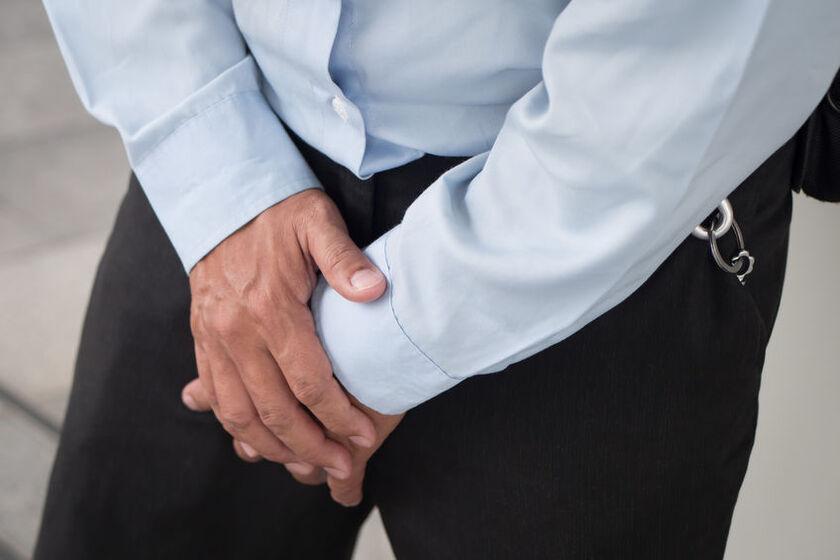 Osoba starsza z problemem nietrzymania moczu