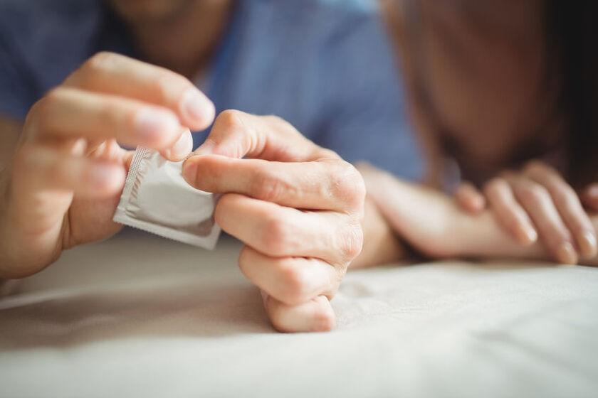 Zakładanie prezerwatywy