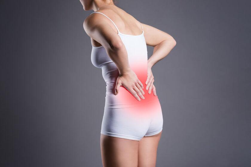 Kobieta z bólem kręgosłupa lędźwiowego