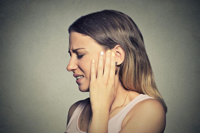 Kobieta odczuwa nerwobóle