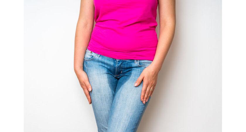 Kobieta z problemem nietrzymania moczu