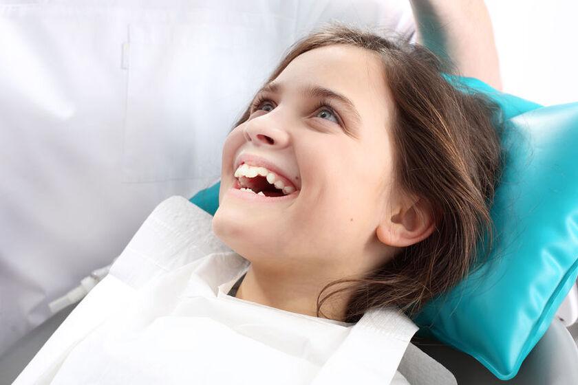 Dziecko na zabiegu lakowanie zębów