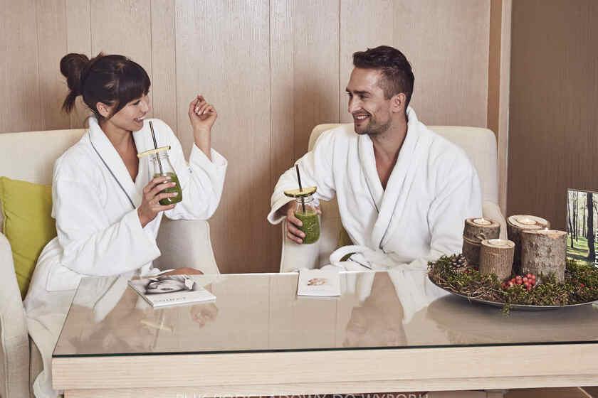 Kobieta i mężczyzna przygotowują się do aromaterapii